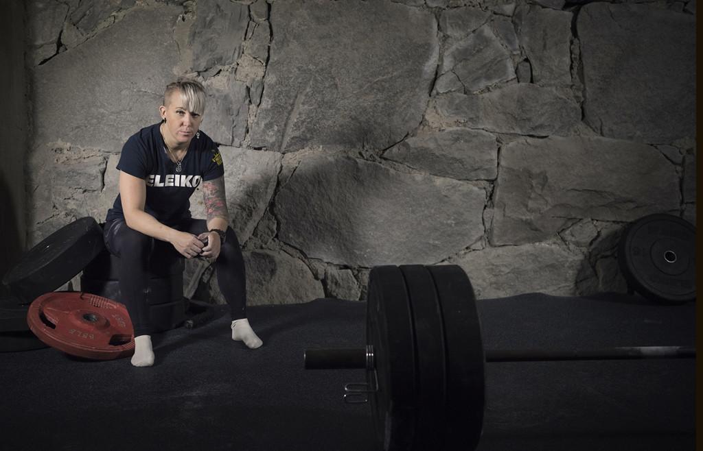 foto : anna tärnhuvud : angelica brage, styrkelyfterska i piteå, för ett kvinnoprojekt om menstruation för sportbladet.  till bildgruppen mensprojekt.
