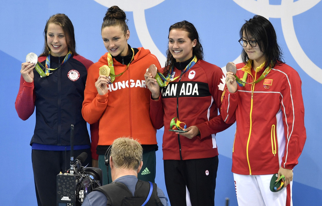 ap foto : martin meissner : from left, silver medal winner united states' kathleen baker, gold medal winner hungary's katinka hosszu, and joint bronze medal winners canada's kylie masse and china's fu yuanhui hold up their medals in the ceremony for the women's 100-meter backstroke final during the swimming competitions at the 2016 summer olympics, monday, aug. 8, 2016, in rio de janeiro, brazil. (ap photo/martin meissner) rio olympics swimmin automatarkiverad